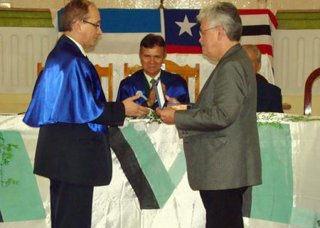 O acadêmico Lourival Serejo faz a entrega da placa ao homenageado