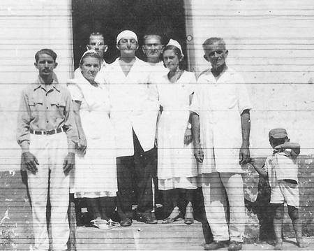 Dr. Antonio Hadade (ao centro) cercado por sua equipe de trabalho em Viana: (à esquerda) Senhor Penha, Santinha Neves e Helmar Bacelar; (à direita) Chico Travassos, Enedina Raposo e Salu Serra.