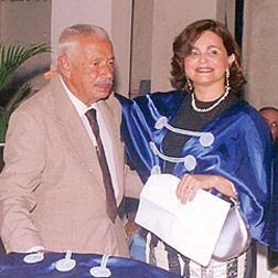 Depois da saudação, a acadêmica Fátima Travassos cumprimenta o Sr. José Pinheiro